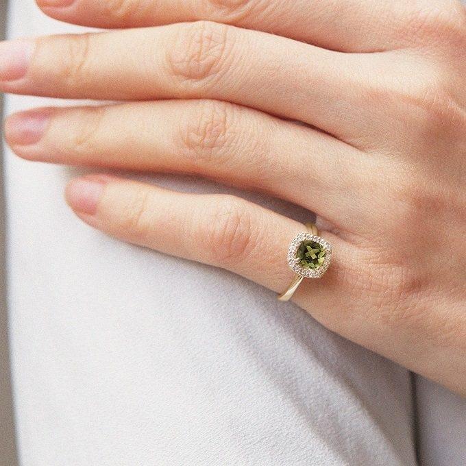 Zlatý prsteň s cushion vltavínom a brilianty - KLENOTA