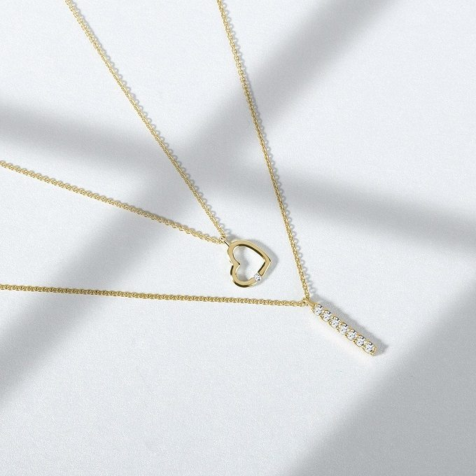 Gold necklaces with a heart-shaped pendant and a diamond line - KLENOTA