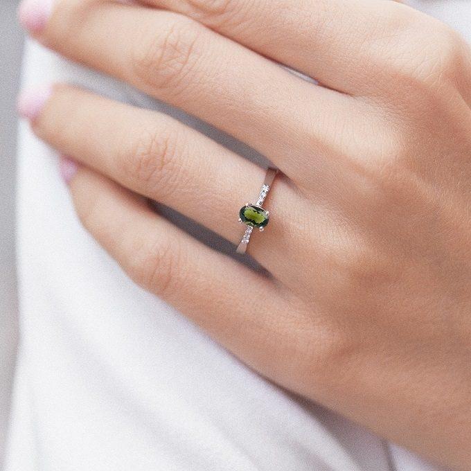 Prsten s vltavínem a diamanty v bílém zlatě - KLENOTA