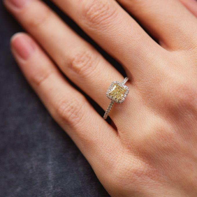 luxusní zásnubní prsten se žlutým přírodním diamantem lemovaný brilianty - KLENOTA