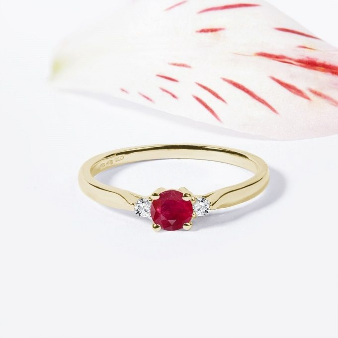 Gold ring with a ruby and diamonds - KLENOTA