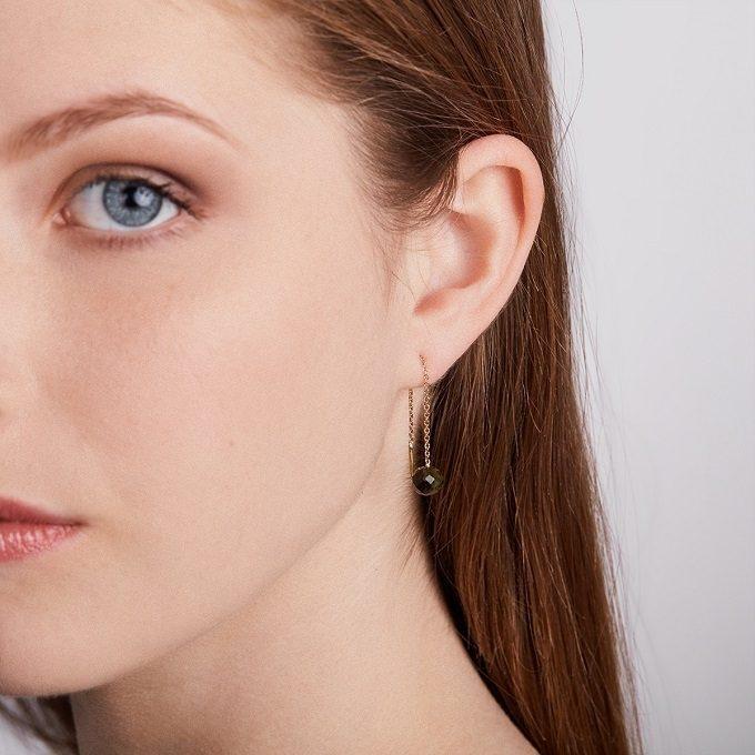 Boucles d'oreilles pendantes en or jaune avec moldavite - KLENOTA