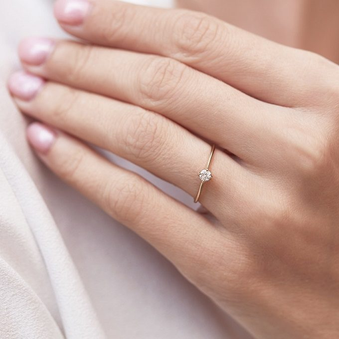 Minimalistyczny pierścionek zaręczynowy z diamentem - KLENOTA