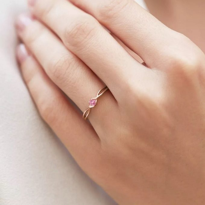 Różowy złoty pierścionek z różowym szafirem - KLENOTA