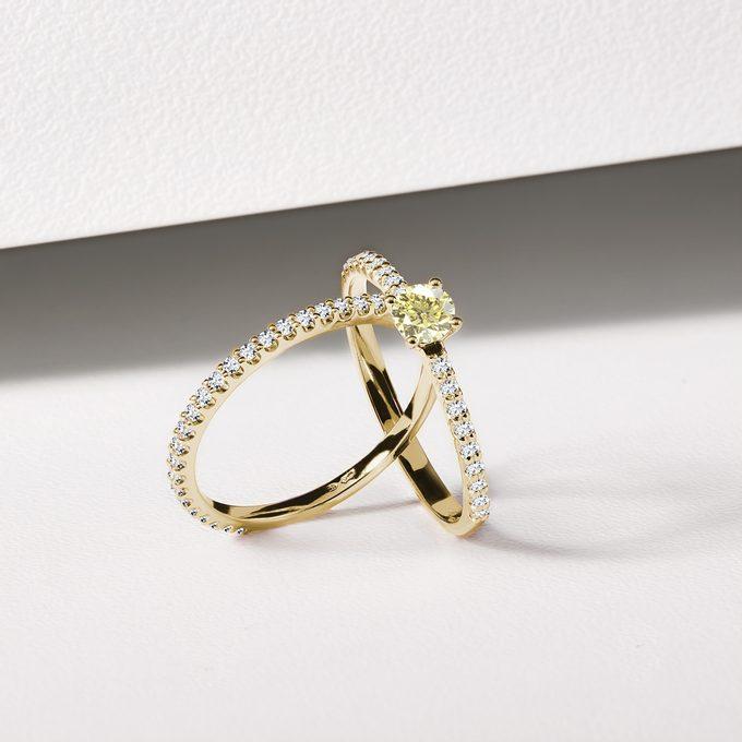prsteň s prírodným žltým diamantom s čírymi briliantmi - KLENOTA