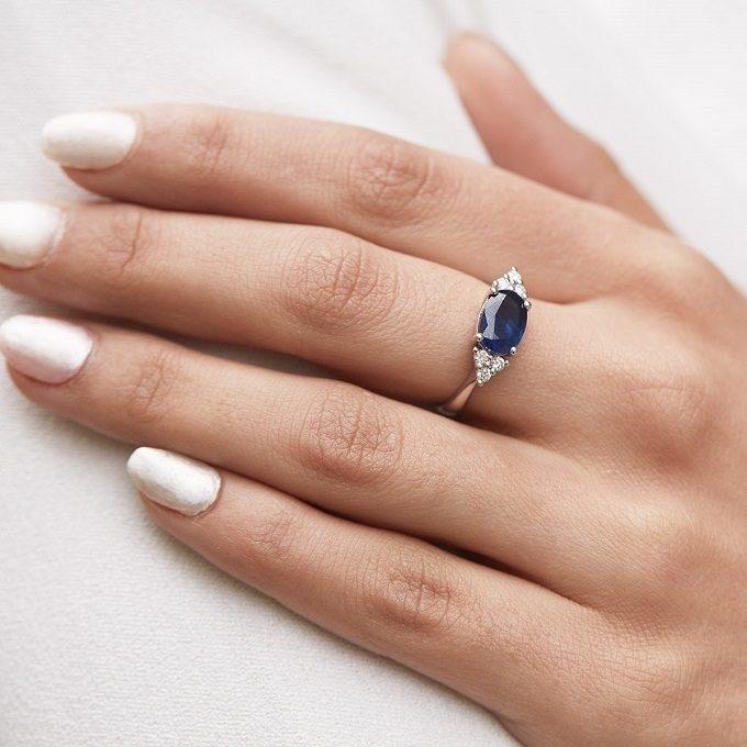 Pierścionek zaręczynowy z szafirem i brylantami z białego złota - KLENOTA