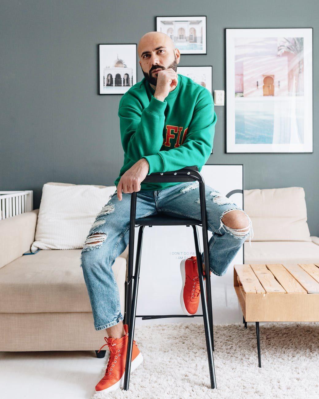 holohlavý muž na stoličke