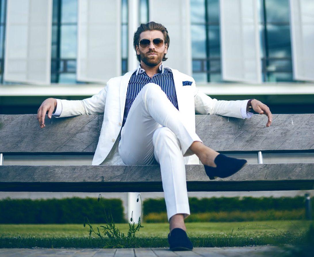 biely pánsky oblek, modrá pásikavá košeľa