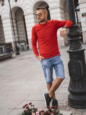 červený pánsky sveter, modré rifľové kraťasy