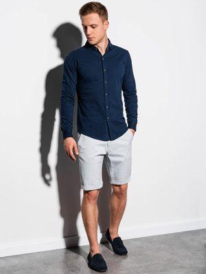 pánsky letný outfit - tmavomodrá košeľa, sivé chinos kraťasy