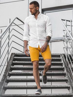 pánsky letný outfit - biela košeľa s dlhým rukávom, žlté chinos kraťasy