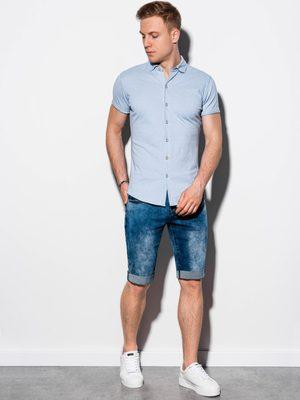 bledomodrá pánska košeľa krátky rukáv, rifľové kraťasy a biele tenisky