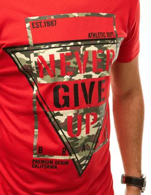 červené pánske tričko s nápisom