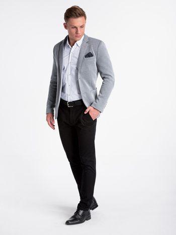 business casual štýl obliekania, muž v sivom saku, čiernych nohaviciach a bielej vzorovanej košeli