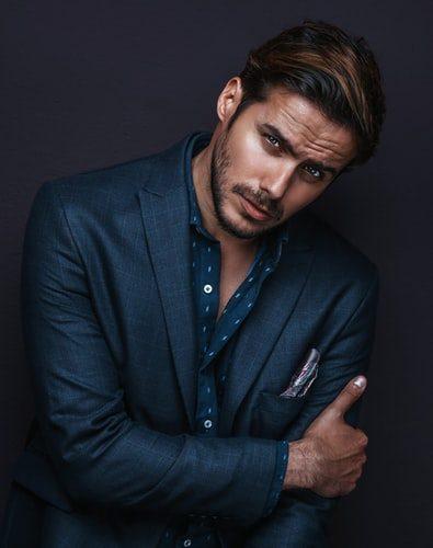 pánsky tmavomodrý oblek, modrá vzorovaná košeľa