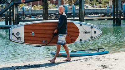holohlavý muž športuje pri mori