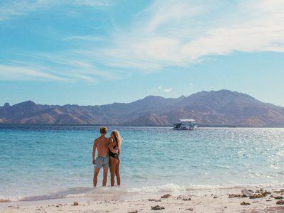 dvojica muž a žena na pláži pri mori