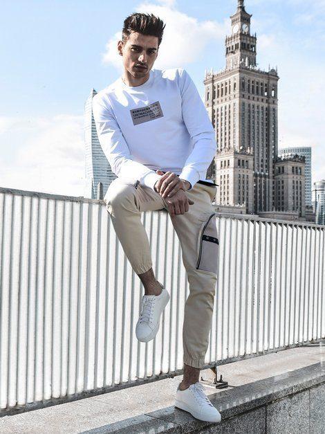 béžové cargo nohavice biela mikina s nápisom