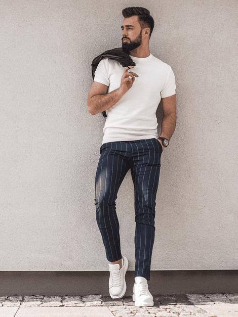 biele pánske tričko, modré pásikavé elegantné nohavice