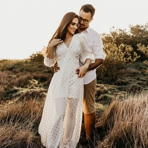 zladenie s partnerkou - ona biele dlhé letné šaty, on biela košeľa a béžové chino krátke nohavice