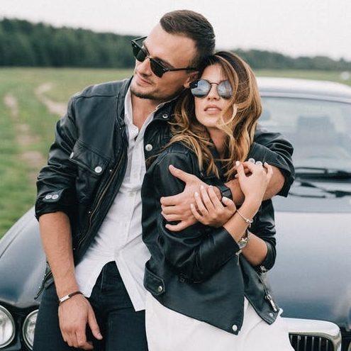 zladenie s partnerkou - čierna kožená bunda, biele tričko