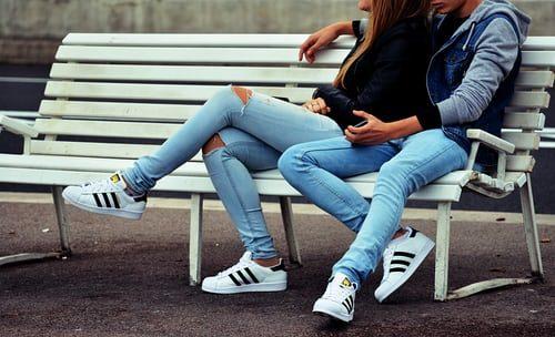 zladenie s partnerkou - modré rifle a biele botasky Adidas