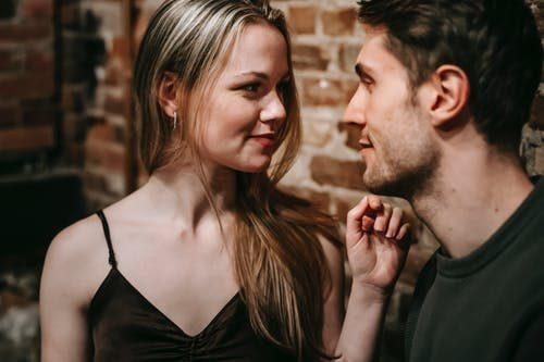žena a muž spolu flirtujú
