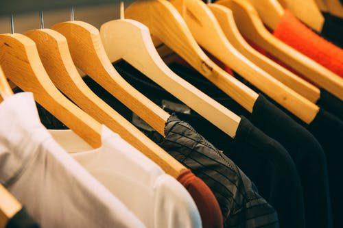 drevené vešiaky na oblečenie