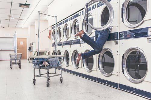 návod ako správne prať v práčke pomocou symbolov na oblečení