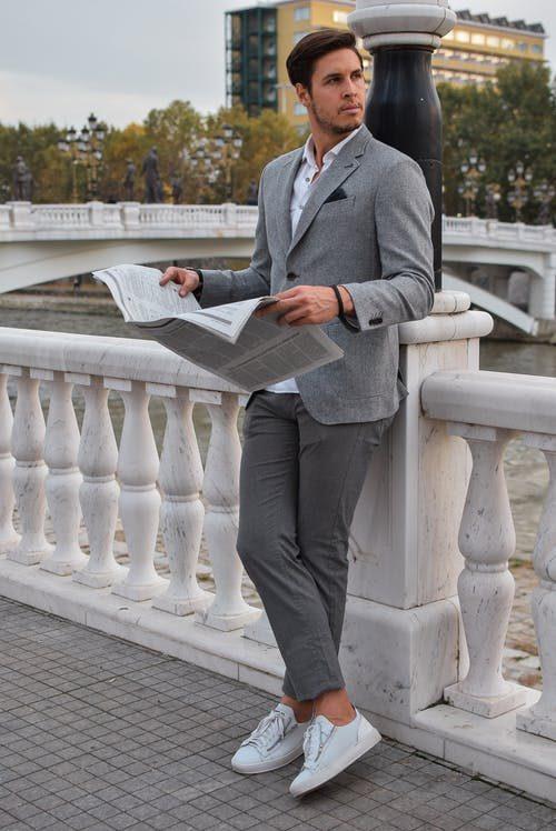 moderný sivý oblek na prvé rande
