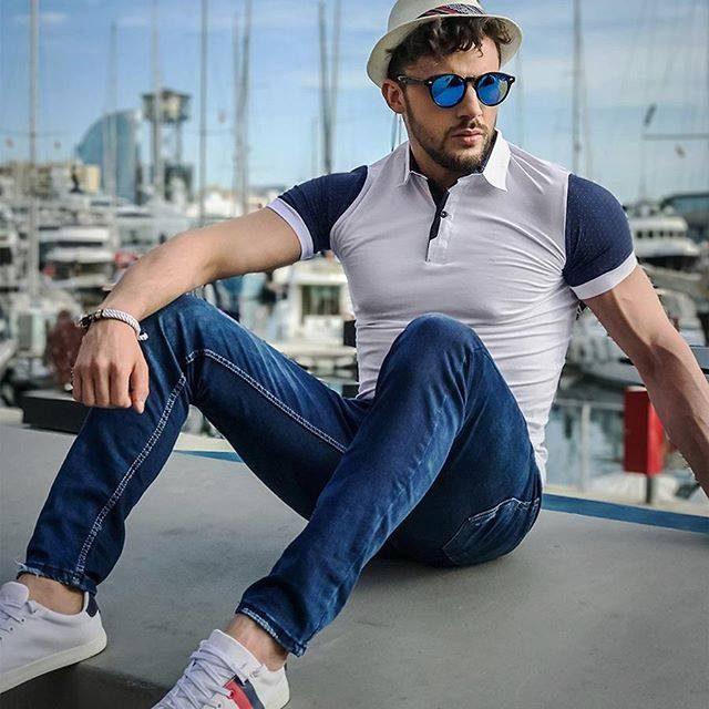 pánsky letný športovo - elegantný outfit - biela polokošeľa, modré rifle