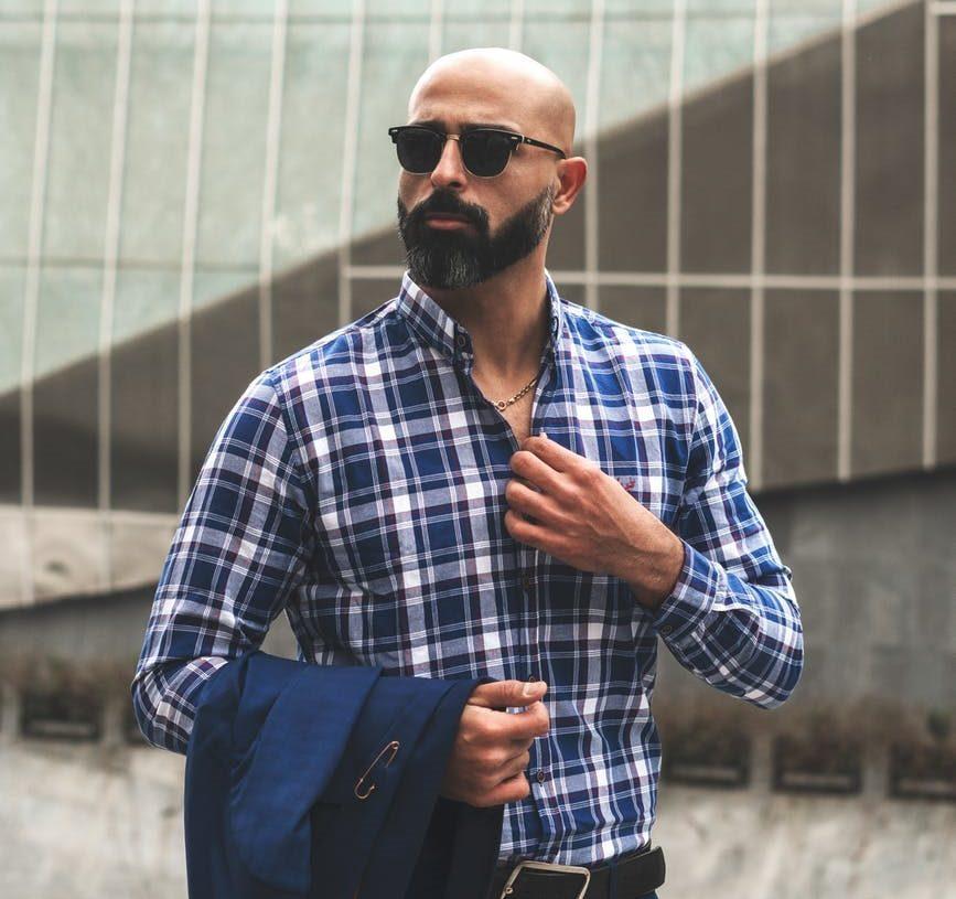 muž s upravenou bradou a fúzami, muž v kockovanej košeli a so slnečnými okuliarmi
