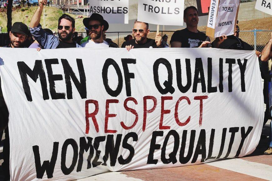muži protestujúci pre práva žien