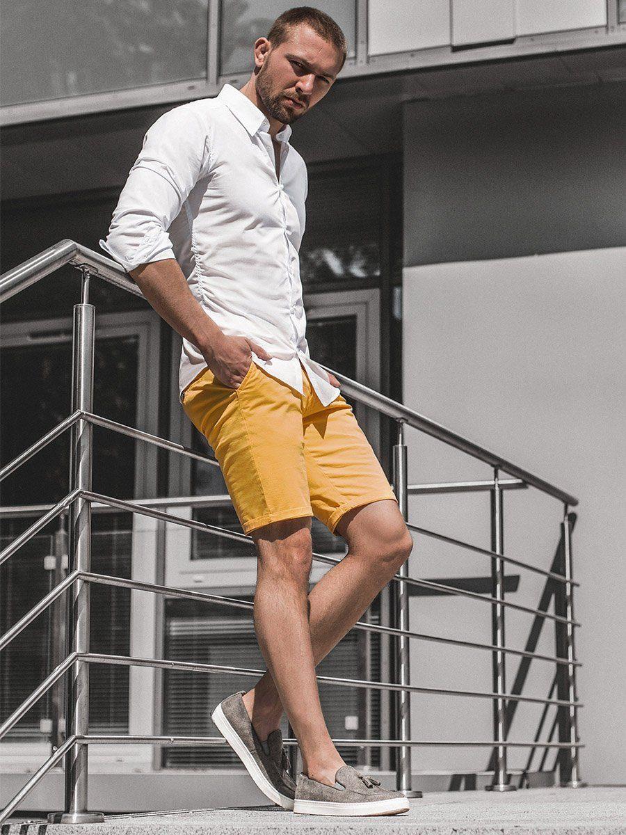 biela bavlnená košeľa s krátkymi žltými nohavicami typu chinos