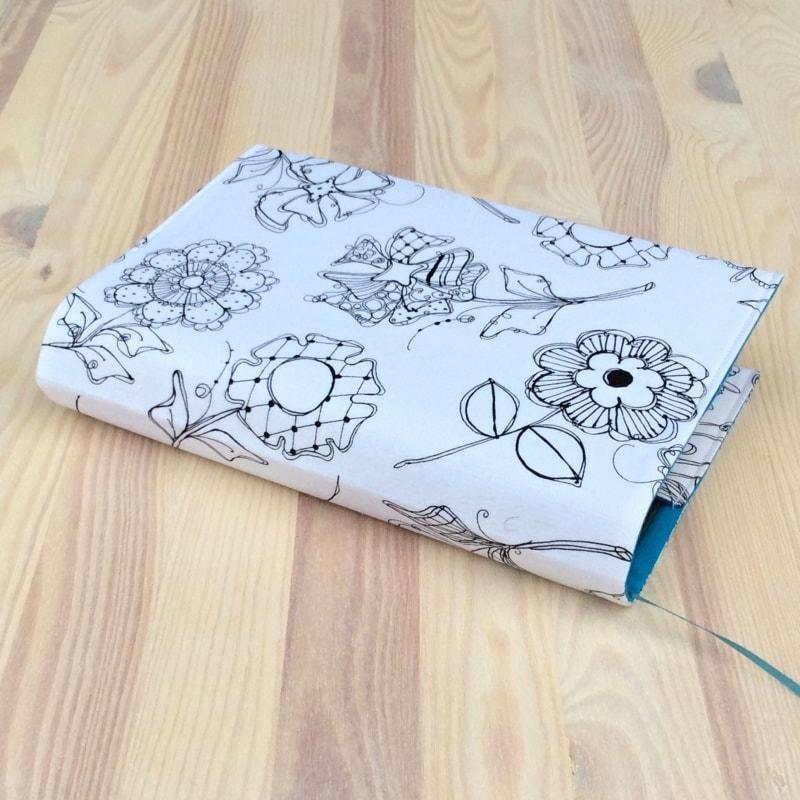 Vybarvovací obal na knihu Květy na bílé M