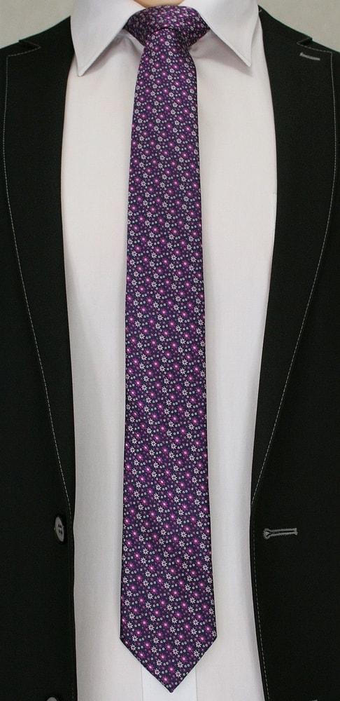 Fialová kravata s květy