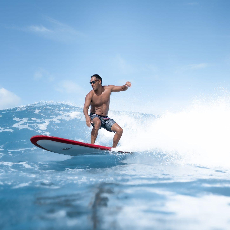 muž surfuje na moři