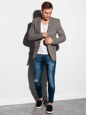 pánský sportovně elegantní outfit - hnědé sako, bílé tričko, modré džíny