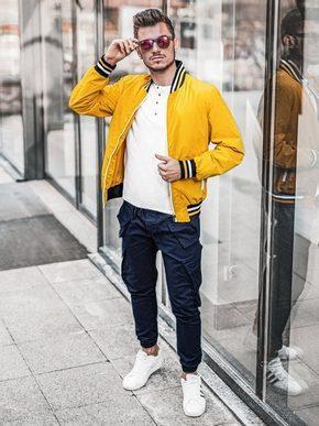 žlutá nylonová bomber bunda, bílé tričko, bílé tenisky a modré pánská kapsáče