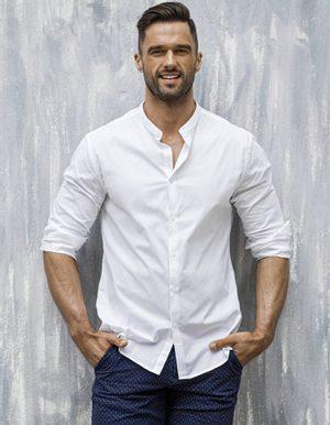 bílá pánská košile s vyhrnutými rukávy
