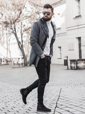 šedý zimní pánský kabát, bílý rolák, černé džíny, černé kožené kotníkové pánské kozačky