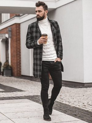 černé pánské džíny, pánský kabát, krémový rolák