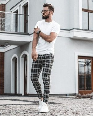 bílé pánské tričko, kostkované pánské elegantní chino kalhoty