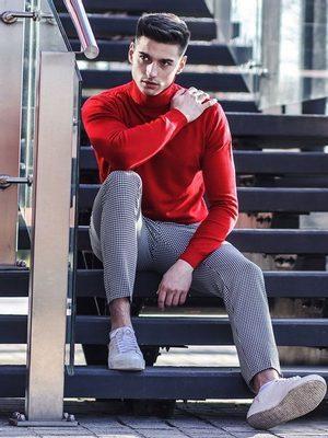 pánský červený rolák, kostkované černobílé pánské chino kalhoty