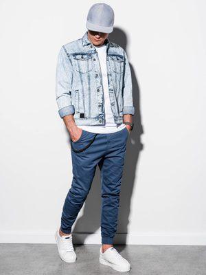 pánský outfit - bleděmodrá džínová bunda, modré chino kalhoty, bílé tričko