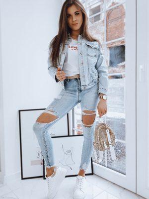Dámská džínová bunda, bílé tričko, roztrhané dámské džíny