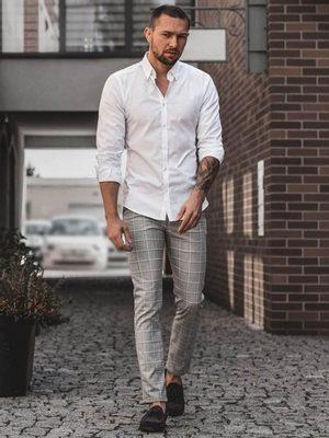 bílá pánská košile, vyhrnuté rukávy, kostkované šedé elegantní pánské kalhoty