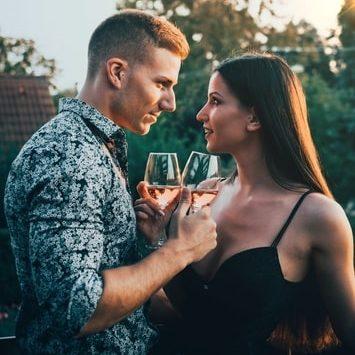 muž a žena flirtují u sklenky vína