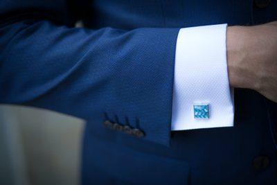 modrý pánský oblek, manžetové knoflíčky