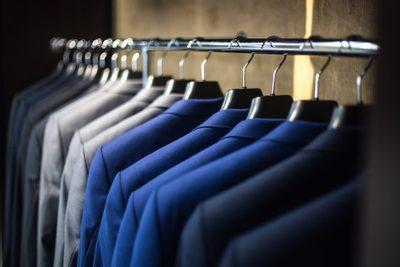 zavěšené pánské obleky